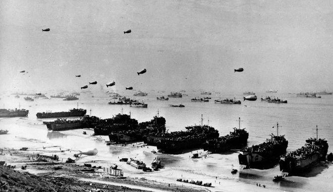 Στιγμιότυπο από την απόβαση των Συμμάχων στη Νορμανδία τον Ιούνιο του 1944, στο πλαίσιο του Β΄ Παγκοσμίου πολέμου