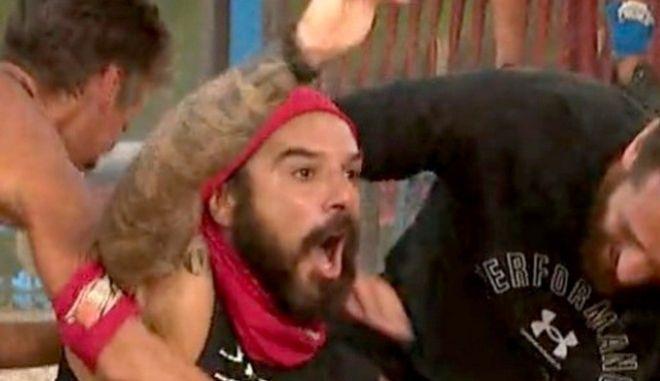 Survivor 4: Η άσεμνη χειρονομία του Τριαντάφυλλου για ένα δευτερόλεπτο