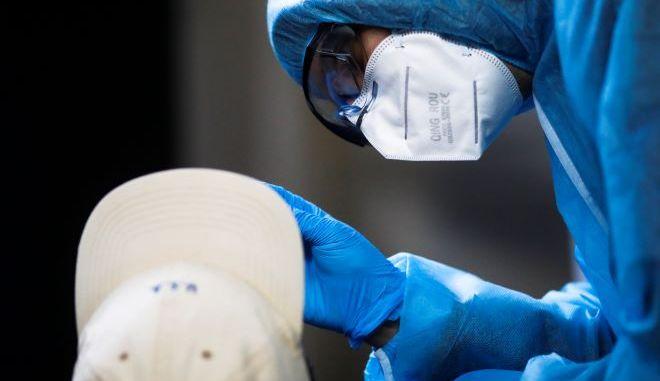 Ένας άντρας λαμβάνει δείγμα για τεστ κατά του κορονοϊού στη Γερμανία