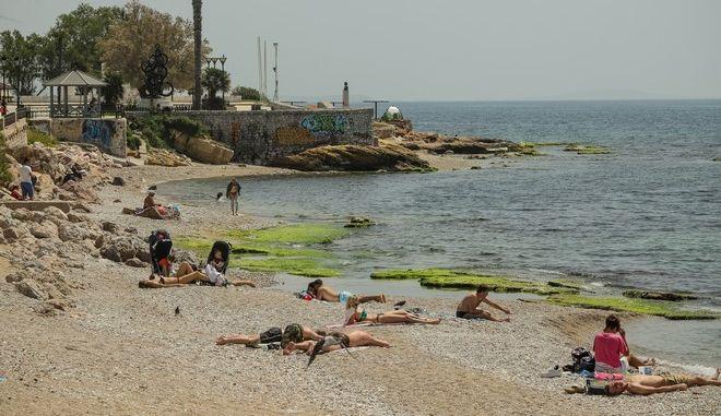 Δεν ήταν λίγοι αυτοί που αποφάσισαν την Κυριακή του Πάσχα να κάνουν το πρώτο τους μπάνιο στη θάλασσα