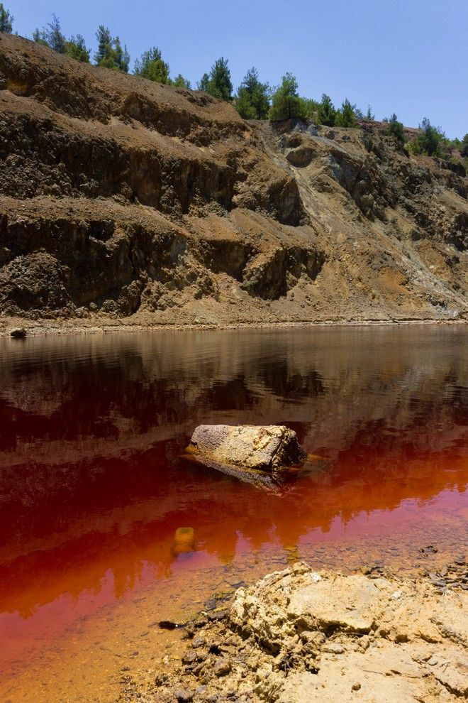 Εικόνα από την Κόκκινη Λίμνη πριν ένα χρόνο