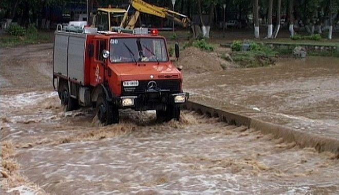 Πυροσβεστική σε πλημμυρισμένο δρόμο (φωτογραφία αρχείου)