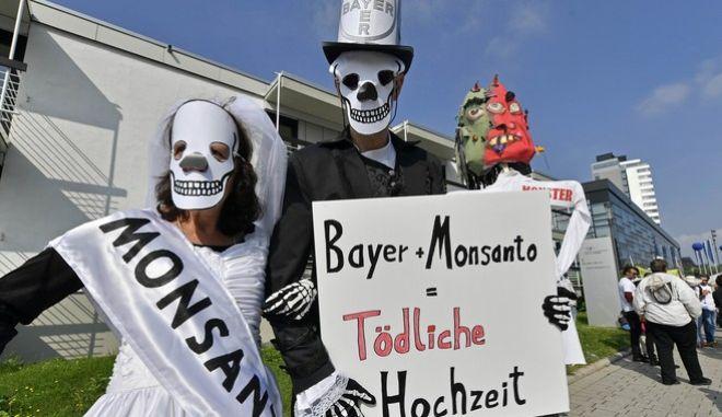 Από διαμαρτυρία ακτιβιστών κατά της σύμπραξης των δύο εταιρειών