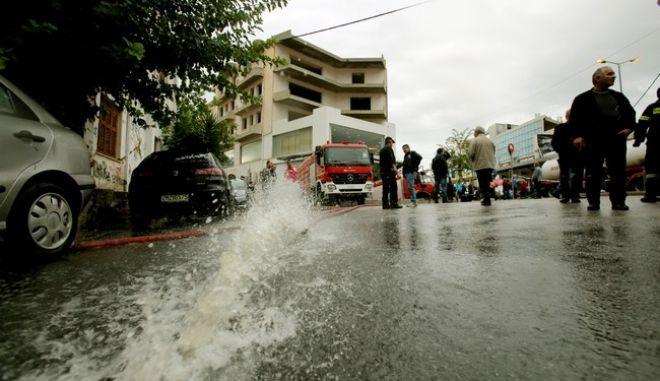 Η επόμενη μέρα της ισχυρής καταιγίδας που έπληξε τις Νοτιοδυτικές συνοικίες της  Αττικής.Απάντληση υδάτων από την πυροσβεστική σε υπόγειο γκαράζ σουπερ μάρκετ στα Λιόσια,Σάββατο 25 Οκτωβρίου 2014 (EUROKINISSI/ΚΩΣΤΑΣ ΚΑΤΩΜΕΡΗΣ)
