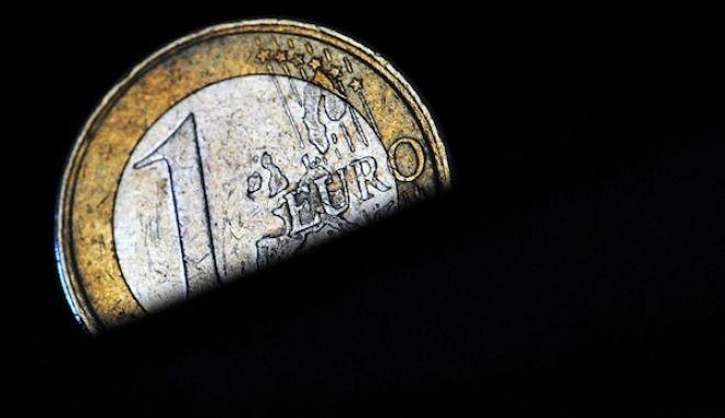 ILLUSTRATION - Eine 1-Euro-M¸nze, aufgenommen am Mittwoch (15.12.2010) in Essen. Unmittelbar vor dem Euro-Krisengipfel in Br¸ssel zieht die Ratingagentur Moody?s die Kreditw¸rdigkeit Spaniens in Zweifel. Nur zweieinhalb Monate nach der letzten Herabstufung erwgt die Agentur eine weitere Senkung der Kreditw¸rdigkeit des hochverschuldeten Landes. Foto: Julian Stratenschulte dpa/lnw +++(c) dpa - Bildfunk+++