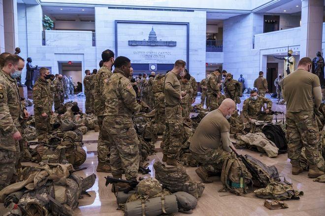 ΗΠΑ: Πρωτοφανείς εικόνες στο Καπιτώλιο - Άνδρες της Εθνοφρουράς το έκαναν