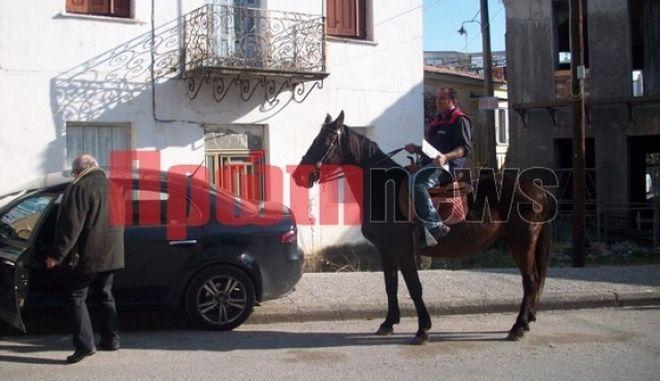 Πήγε με άλογο στην Εφορία και παρέδωσε τις πινακίδες κυκλοφορίας