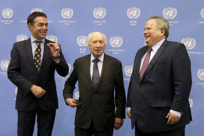 Ο Nikola Dimitrov, ο Matthew Nimetz και ο Νίκος Κοτζιάς (AP Photo/Ronald Zak)