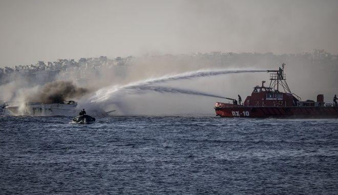 Φωτιά σε σκάφος - Φωτό αρχείου