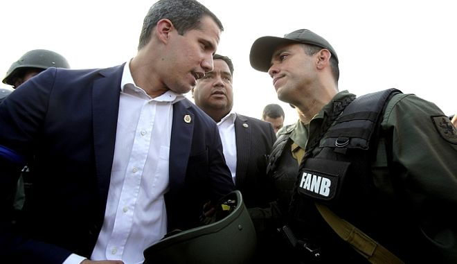 O Γκουαϊδό δίπλα σε στρατιωτικό