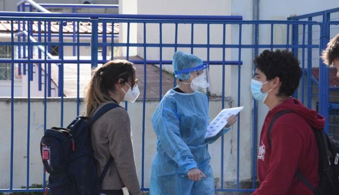 Μαθητές έξω από σχολείο
