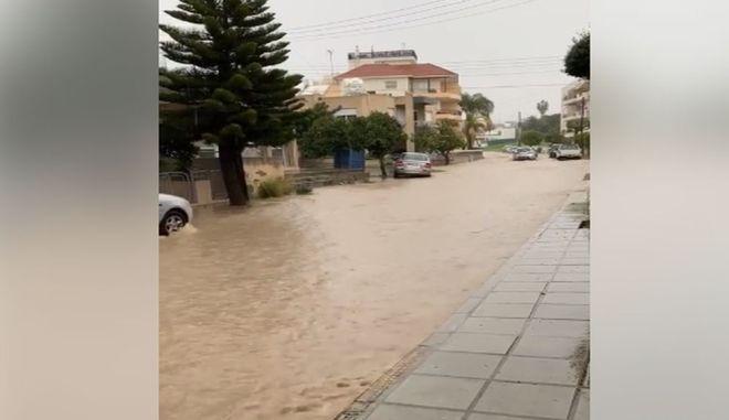 Πλημμύρισε η Λεμεσός - Χείμαρροι κεντρικοί δρόμοι