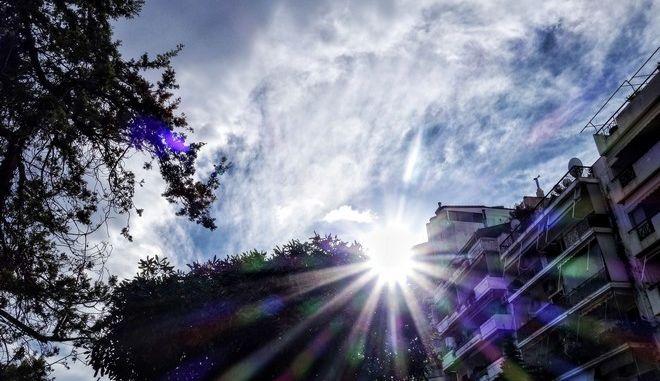 Ήλιος στον ουρανό της ΑΘήνας. (EUROKINISSI/ΓΙΩΡΓΟΣ ΚΟΝΤΑΡΙΝΗΣ)