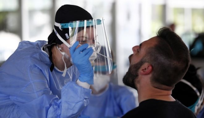Αυξάνονται τα κρούσματα κορονοϊού στην Ελλάδα. Στιγμιότυπο από τεστ στον Προμαχώνα