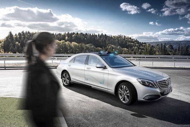 Η Mercedes–Benz εξελίσσει την τεχνολογία της επικοινωνίας οχήματος και πεζών, στο δρόμο προς την αυτόνομη οδήγηση.