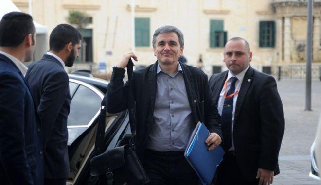 Με δέλεαρ τη μείωση φόρου ο Τσακαλώτος στους βουλευτές του ΣΥΡΙΖΑ