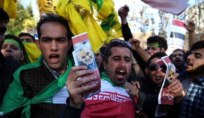 Διαδηλωτές με πορτρέτα του Qassem Soleimani