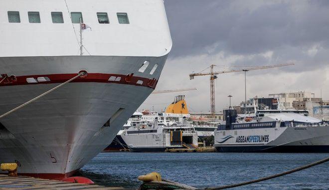 Δεμένα πλοία στο λιμάνι του Πειραιά, Αρχείο