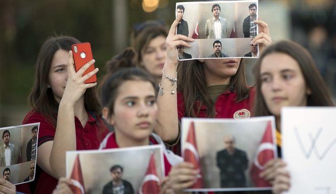 Μαθητές κρατούν τις φωτογραφίες των τριών καθηγητών τους που συνελήφθησαν στο Κόσοβο για σχέσεις με το κίνημα του Φετουλάχ Γκιουλέν