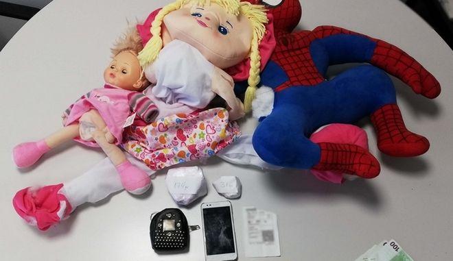 Διακινούσαν τα ναρκωτικά με παιδικές κούκλες
