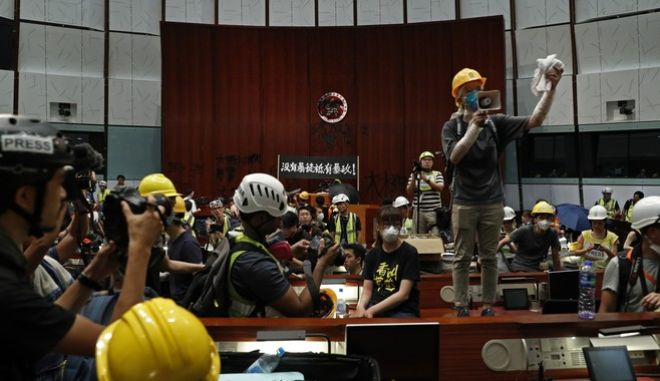 Διαδηλωτές στο Κοινονοβούλιο του Χονγκ Κονγκ
