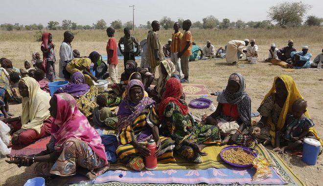 Γυναίκες και παιδιά στο Καμερούν περιμένουν την εκτέλεσή τους