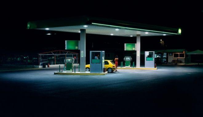 Γιατί ενώ η τιμή πετρελαίου πέφτει, δεν γίνεται το ίδιο με τα καύσιμα;