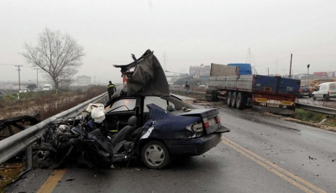 "Tροχαίο δυστύχημα, σημειώθηκε την Δευτέρα 03/01/11 στην Εθνική Οδό Τρικάλων - Λάρισας, όπου έχασε την ζωή του, ο 48χρονος Κώστας Καλύβας, υποψήφιος βουλευτής της Ν.Δ. και νυν στέλεχος της ""Δημοκρατικής Συμμαχίας"" της Ντ. Μπακογιάννη. Ο 48χρονος οδηγώντας ΙΧ επιβατικό αυτοκίνητο, κατευθυνόταν προς Τρίκαλα, όταν το όχημα συγκρούστηκε λίγο πριν τις 9 το πρωί με νταλίκα που κατευθυνόταν προς Λάρισα. (EUROKINISSI // ΘΑΝΑΣΗΣ ΚΑΛΛΙΑΡΑΣ)"