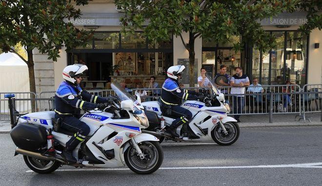 Γάλλοι αστυνομικοί πάνω σε μοτοσυκλέτες.