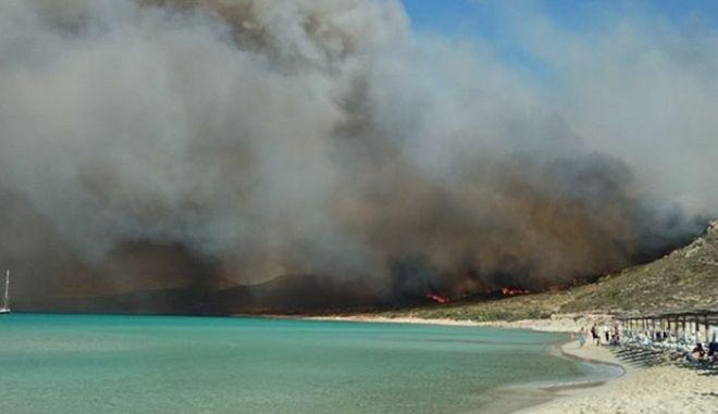 Ελαφόνησος: Η φωτιά στην εξωτική παραλία του Σίμου