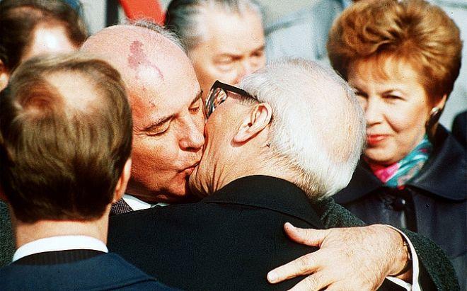 Φιλί του τελευταίου Σοβιετικού ηγέτη Μιχαήλ Γκορμπατσόφ στον τελευταίο ηγέτη της Ανατολικής Γερμανίας Ερικ Χόνεκερ
