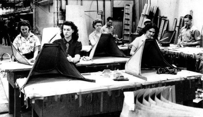 Αμερικανίδες εργάζονται σε μονάδα παραγωγής της Καλιφόρνια κατά τη διάρκεια του Β' Παγκοσμίου Πολέμου