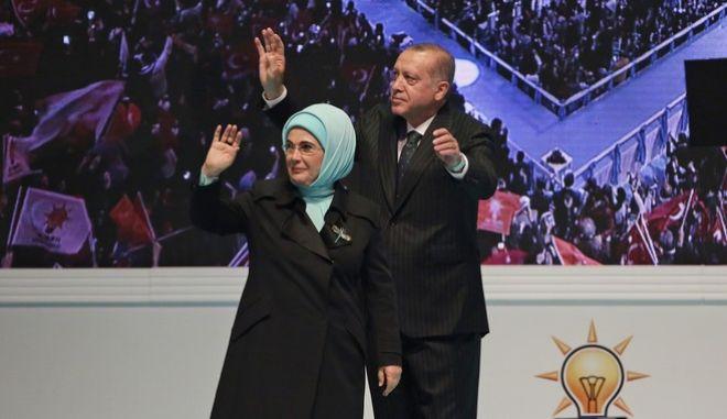 Ο Ρετζέπ Ταγίπ Ερντογάν και η σύζυγός του σε προεκλογική συγκέντρωση