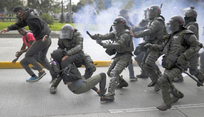 Mάχες σώμα με σώμα στους δρόμους της Κολομβία