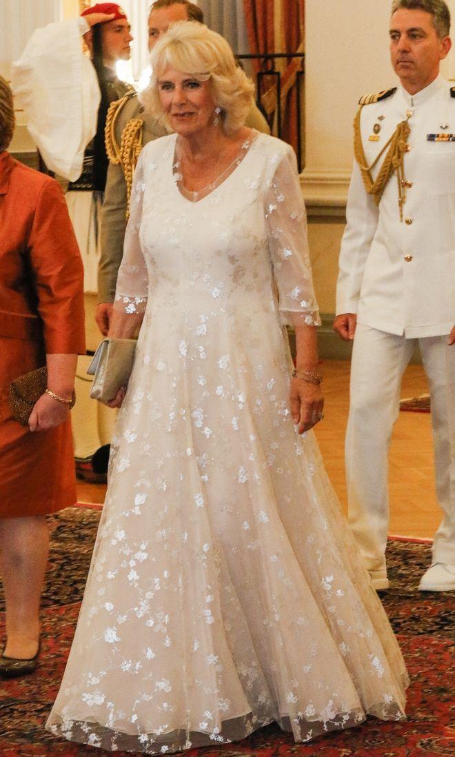 Με ένα φόρεμα που παραπέμπει σε παλάτι, η Δούκισσα της Κορνουάλης εμφανίστηκε στο επίσημο γεύμα προς τιμήν του πριγκιπικού ζεύγους του Ηνωμένου Βασιλείου από τον ΠτΔ Προκόπη Παυλόπουλο