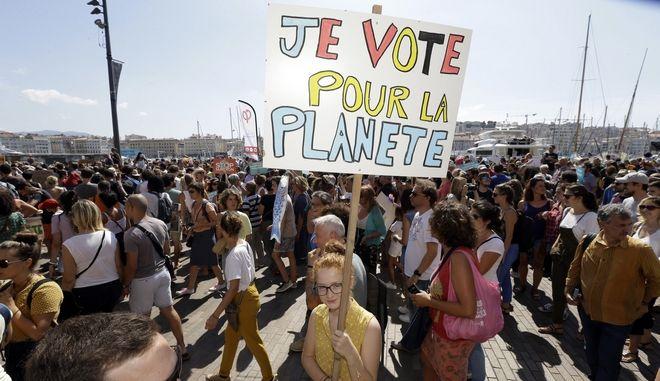"""Χιλιάδες πολίτες στους δρόμους της Γαλλίας ζητώντας """"δράση για το κλίμα"""""""