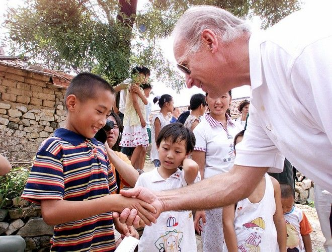 Ο Τζο Μπάιντεν σε επίσκεψή του στην Κίνα τον Αύγουστο του 2001