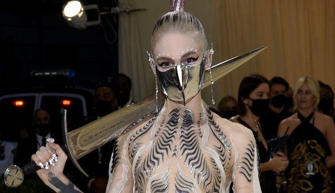 Η μουσικός Grimes, στο Met Gala 2021.