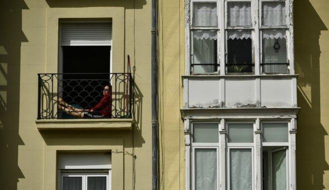 Ο κορονοϊός στην Ισπανία. Μια γυναίκα στο μπαλκόνι της