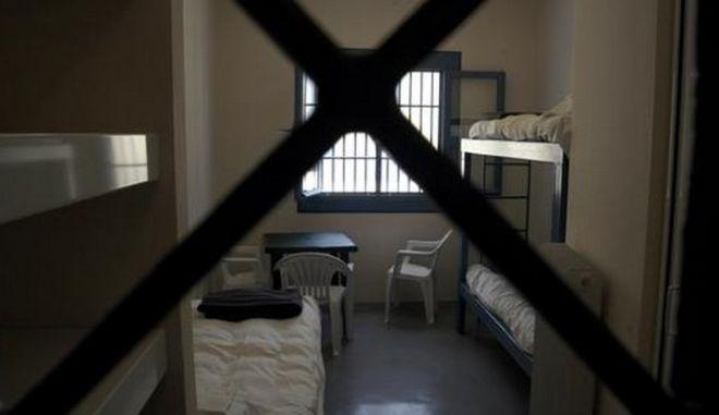 Φυλακές Τρικάλων: Κρατούμενος έκρυβε κινητά σε κάσωμα πόρτας