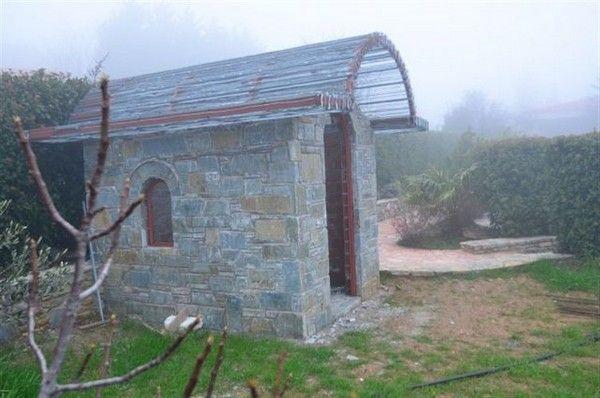 Βίλα με τροπικούς κήπους για υπάλληλο του ΙΚΑ