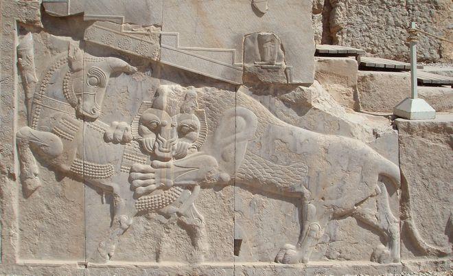 Αυτό το ανάγλυφο στην Περσέπολη παρουσιάζει με συμβολισμούς την ημέρα της ισημερίας: η δύναμη ενός ταύρου (προσωποποίηση της γης) και η δύναμη ενός λιονταριού (προσωποποίηση του Ήλιου) είναι ίσες.