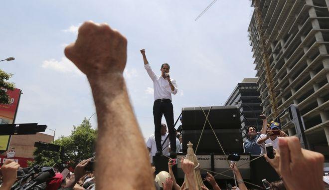 Ο ηγέτης της αντιπολίτευσης Χουάν Γκουαϊδό μιλά σε υποστηρικτές του