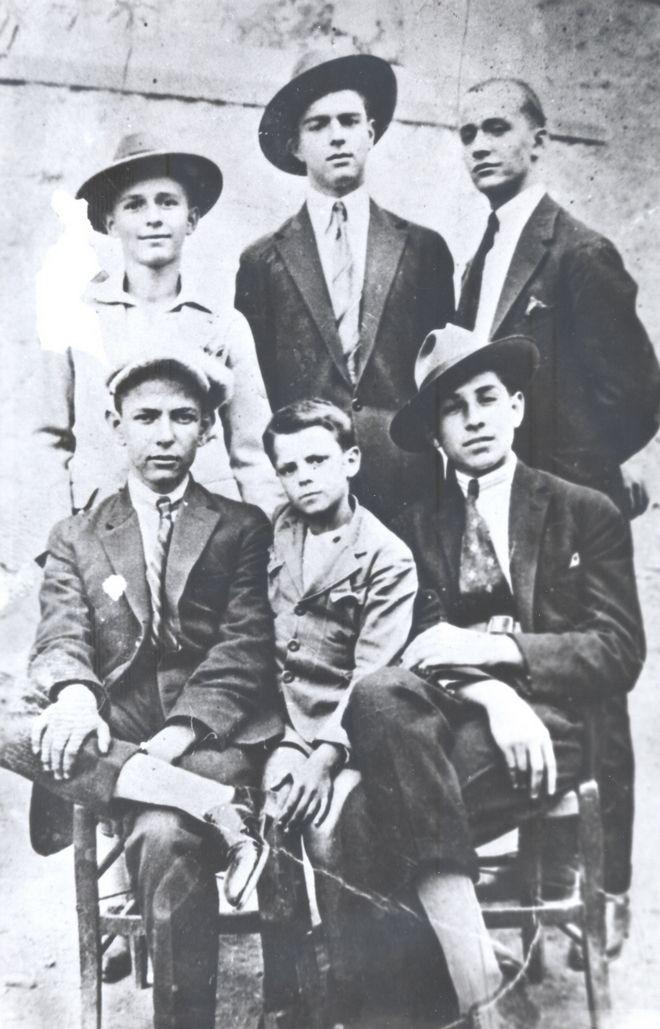 Ο Κωνσταντίνος Καραμανλής μαθητής γυμνασίου (μέση, πάνω)