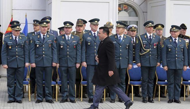 Ο Ζόραν Ζάεφ περνά μπροστά από αξιωματικούς του στρατού της Βόρειας Μακεδονίας