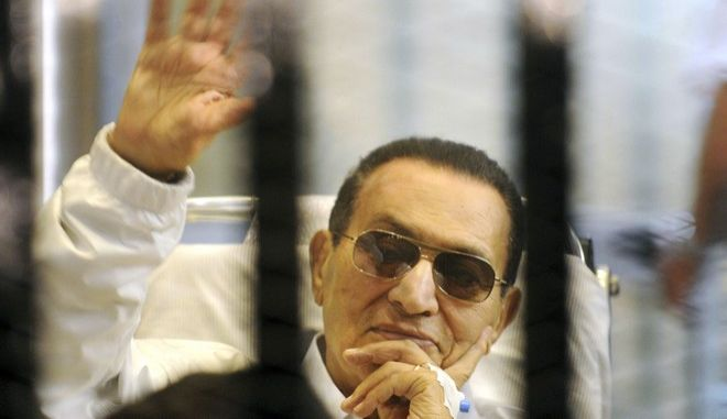 Ο Χόσνι Μουμπάρακ στο δικαστήριο στο Κάιρο τον Απρίλιο του 2013