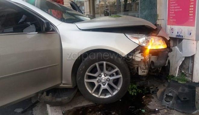 Κρήτη: Όχημα εκτός ελέγχου έπεσε σε τζαμαρίες καταστημάτων