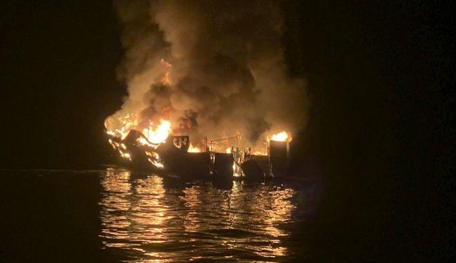 Το φλεγόμενο σκάφος στα ανοιχτά των ακτών της Καλιφόρνια