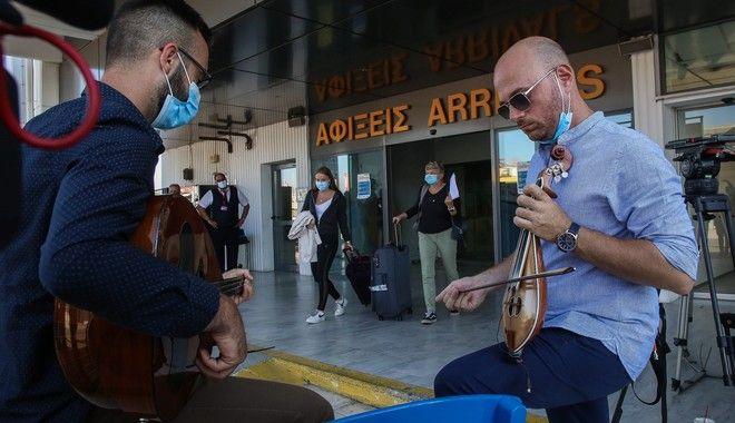 Μετά μουσικής η άφιξη της πρώτης πτήσης εξωτερικού στο Ηράκλειο. Οι προβλέψεις των tour operators βέβαια για τον τουρισμό τη βάζουν... στο mute.