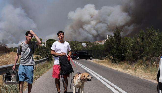 Εκτός ελέγχου η φωτιά στη Βαρυμπόμπη